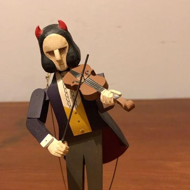 多分10年くらい前に作った初代のパガニーニ。バイオリンを弾く旦那さんの誕生日プレゼントに、バイオリンを弾く何かを作って欲しいというリクエストで制作しました。修理で里帰りしてきていて、今なおったところ。