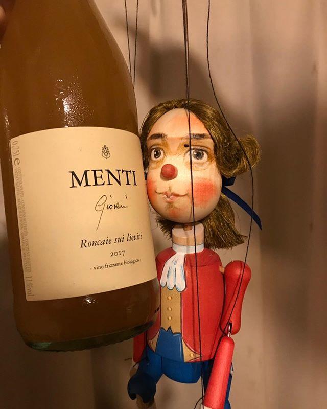 古い友だちからもらったワインと新しい友だちからもらったチーズで晩酌。幸せだなぁ。ふたりともありがとう!物くるる友は良き友。さすがは、吉田兼好、良いこと言うね!
