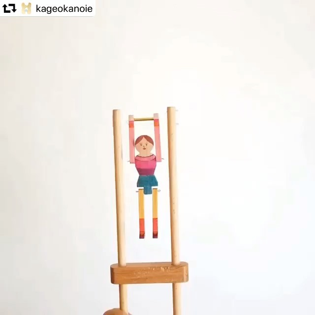 東京でワークショップをします。よろしくお願いします。#repost @kageokanoie・・・2/2スペシャルイベント開催!『体操人形をつくろう』原田和明ワークショップ・当日受付取っ手を握ったり、ゆるめたりすることでダイナミックな体操をするカラクリ仕掛けの人形を作ってみよう。木の人形にペンで色を塗って、組み立てます。作り方はカラクリ人形作家の原田和明さんが教えてくれるよ。<当日受付>場所:2F こどもテーブル時間:1)11:00~12:002)12:00~13:00費用:1,000円/1つ対象:親子の場合5歳以上、こども一人で参加の場合は10歳以上*当日11時より2Fにて受付いたします。*たくさんの方にイベントをお楽しみいただくため、予約制プログラム(「景丘ウサギニンゲン劇場」「体操人形をつくろう」「ジャングルの葉っぱ首飾りを作ろう」)へのご参加は、いずれかひとつさせていただきます。「アマゾン先生とジャングルの生き物探検!」「さわってみる、耳をすませてみる」「レンブロックで遊ぼう」は、ご予約不要でお楽しみいただけます。◇原田和明/オートマタ作家1974年山口県生まれ。2002年よりカラクリ人形制作を始める。2006年より、ファルマス大学大学院で現代工芸コースを専攻すると同時に、カラクリ人形制作の第一人者マット・スミス氏の工房でも研鑽を積む。2008年に山口市に工房『二象舎』を設立し、カラクリ人形制作やコレクション展の企画、ワークショップなどを行っている。詳細 https://kageoka.com/20200202/?p=795#景丘の家#スペシャルイベント#原田和明#オートマタ#からくり人形#体操人形