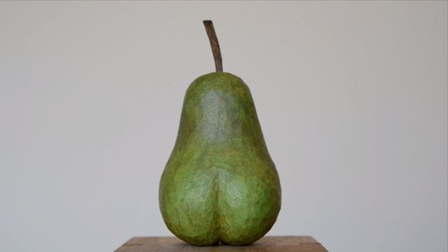 『NUDE 』見返り美人な洋梨。倉敷意匠アチブランチに1点在庫があるそうです。詳しくはメールにてお問い合わせください。atiburanti.classiky.co.jp