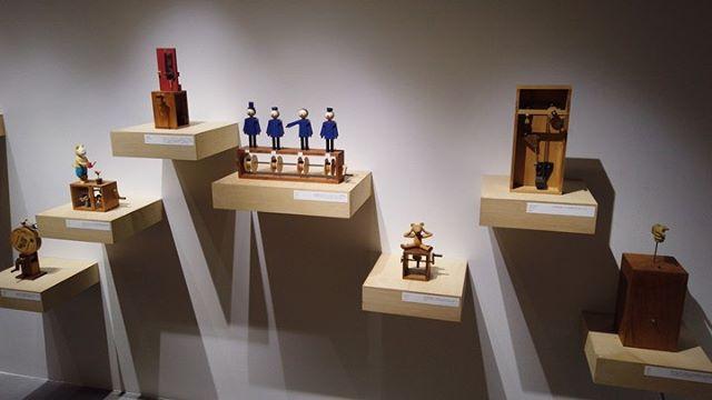 B GALLERYで開催中の原田和明展覧会『話せば短くなる』の会場風景です。会期は7月5日まで。ぜひ実際にハンドルを回してカラクリの動きを楽しんでいただければと思います。#話せば短くなる#BGALLERY#原田和明展 
